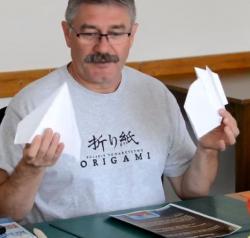 Online origami oktatás - papírrepülő hajtogatás