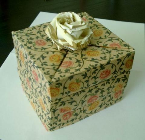 Ajándékdoboz Kawasaki rózsával