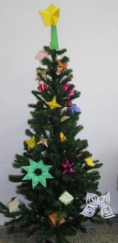 Karácsonyfa origami díszekkel